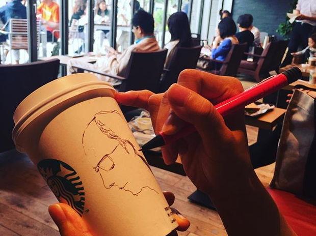 カフェ風景を描く人