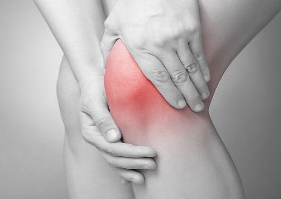 Il liquido sinoviale patologico causa dolore al ginocchio, ma potrà essere eliminato tramite artrocentesi