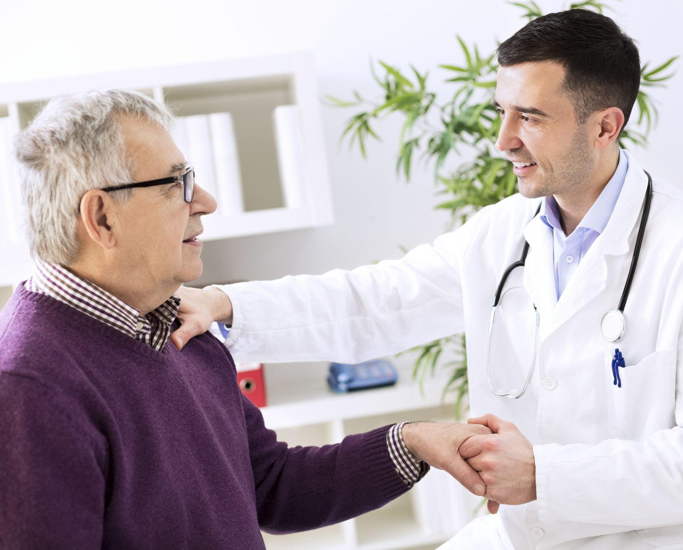 Un paziente saluta il medico al termine di una visita andrologica