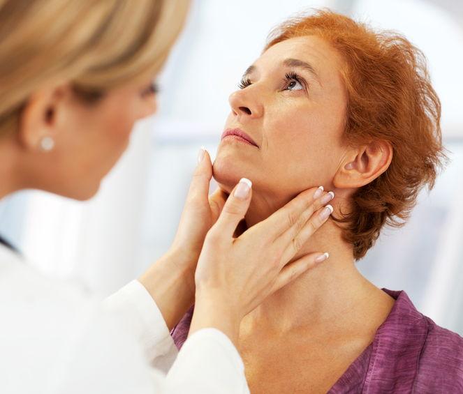 Uno specialista endocrinologo durante la visita di una paziente