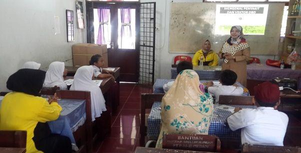 dr. Yulia Maryani, M.Kes melatih kader Balik Petik