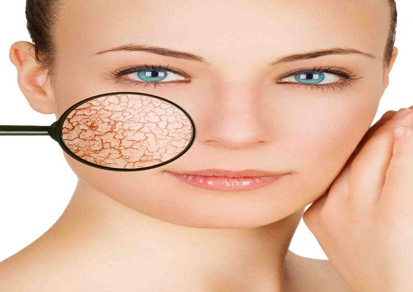 Una lente di ingrandimento rivela i primi segni di invecchiamento della pelle in una giovane donna