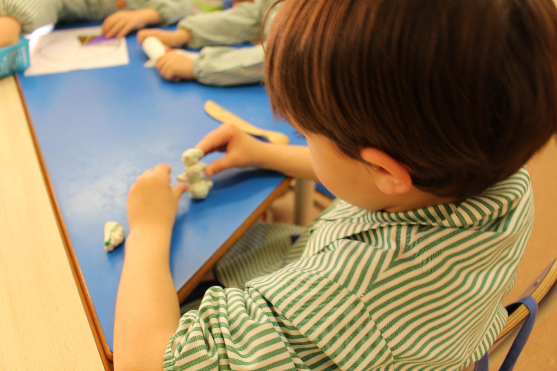 Jugar con Plastilina para niños