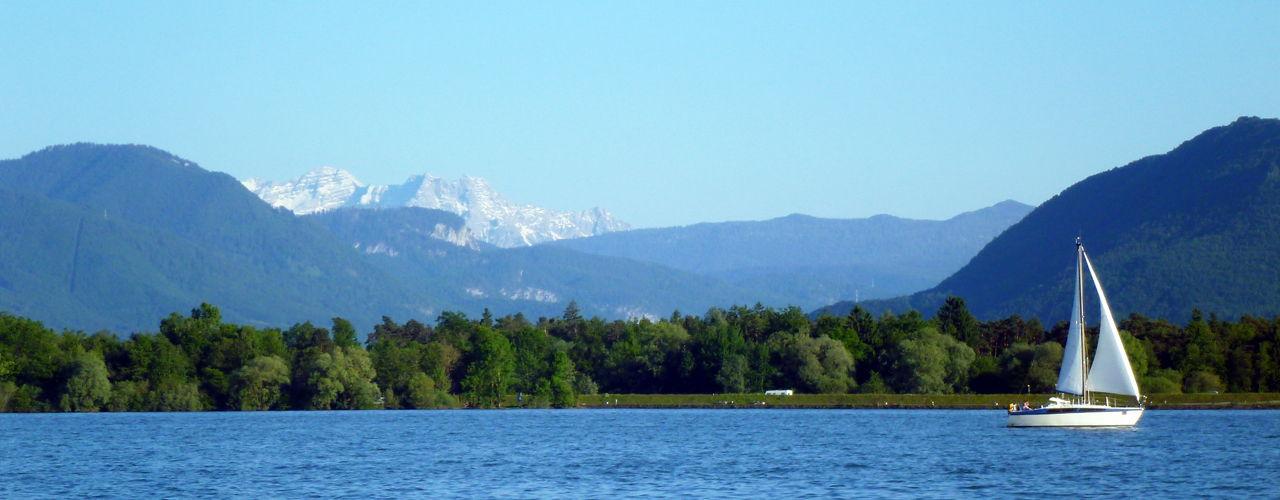 Blick vom Chiemsee auf die Chiemgauer und Tiroler Berge