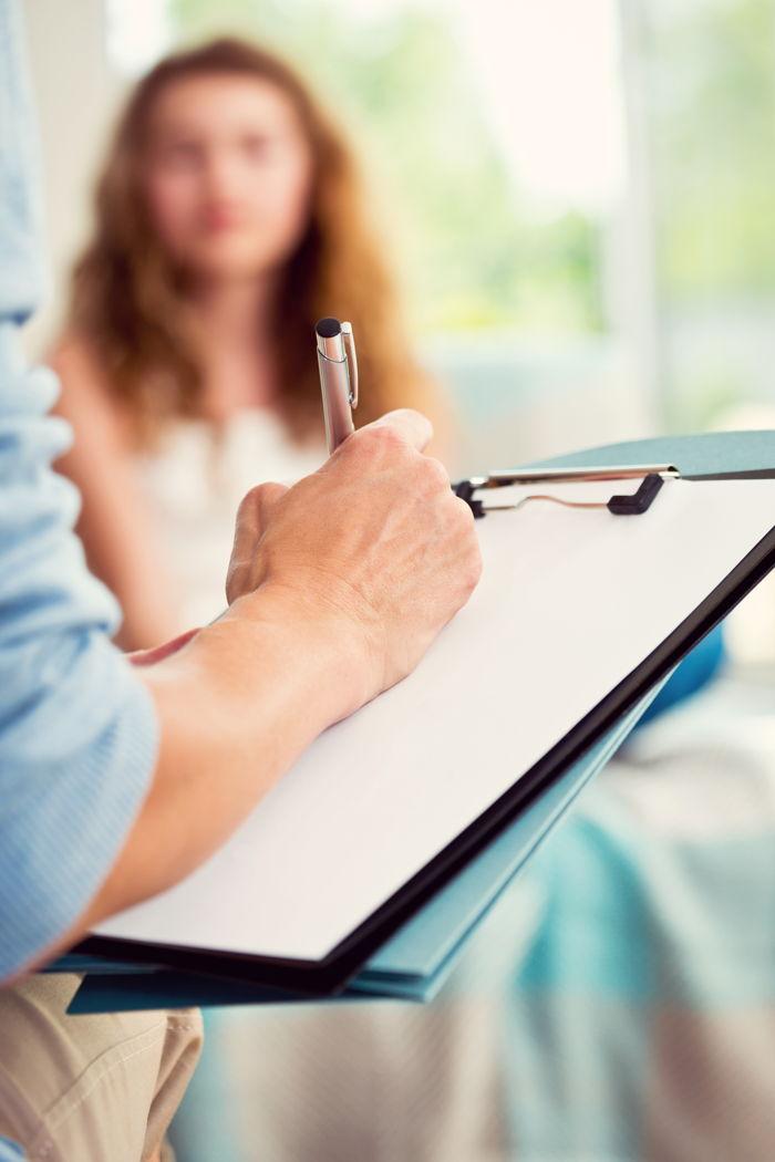 Medico visita una donna per valutare se esistano controindicazioni alla carbossiterapia