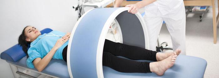 Una ragazza si sottopone a una seduta di magnetoterapia