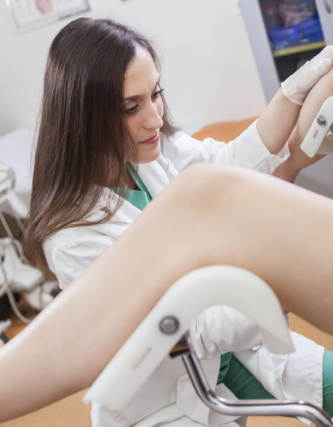 Una dottoressa si prepara all'esecuzione di una isteroscopia