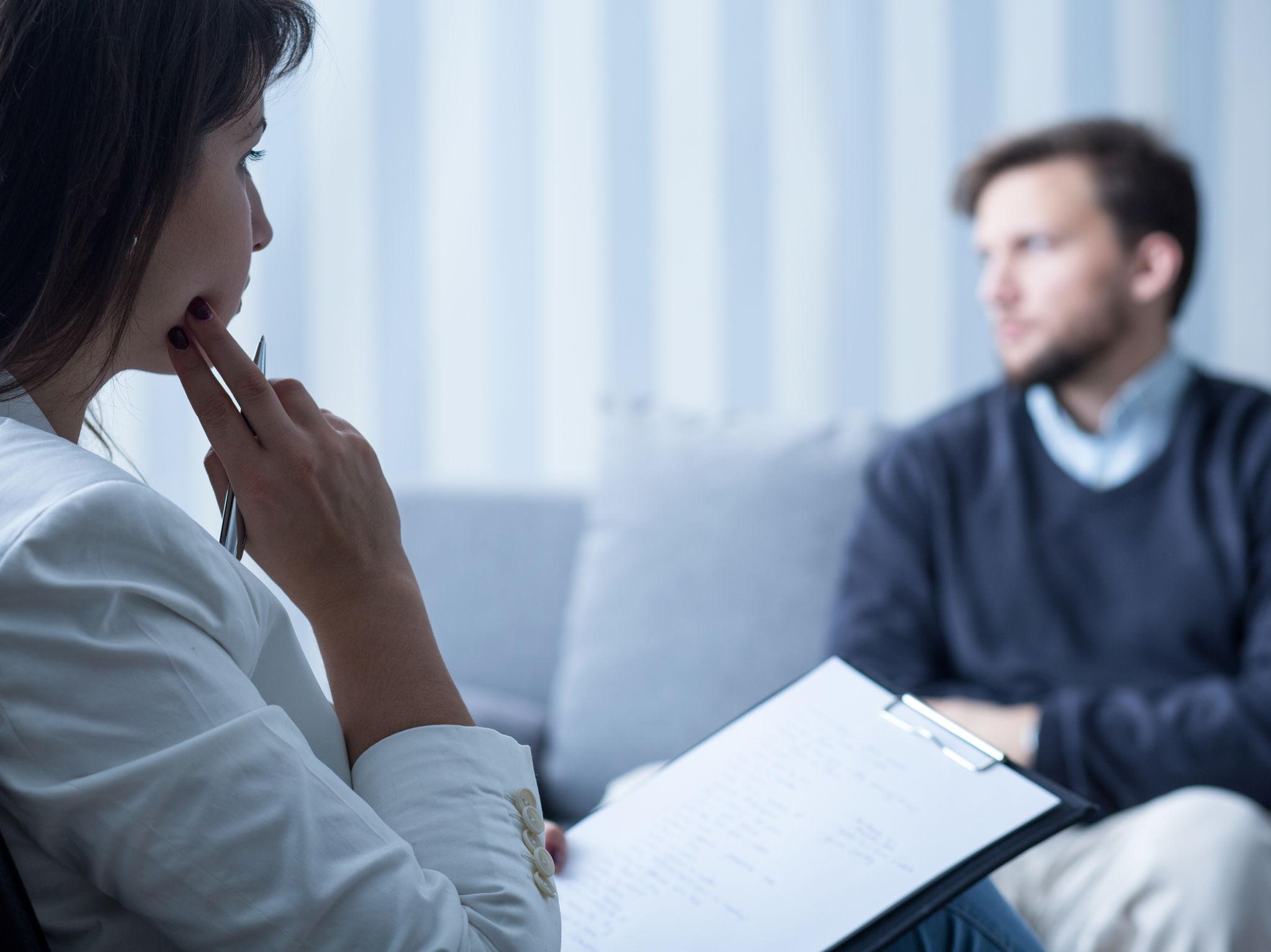 Una terapeuta e un paziente durante una seduta di psicoterapia