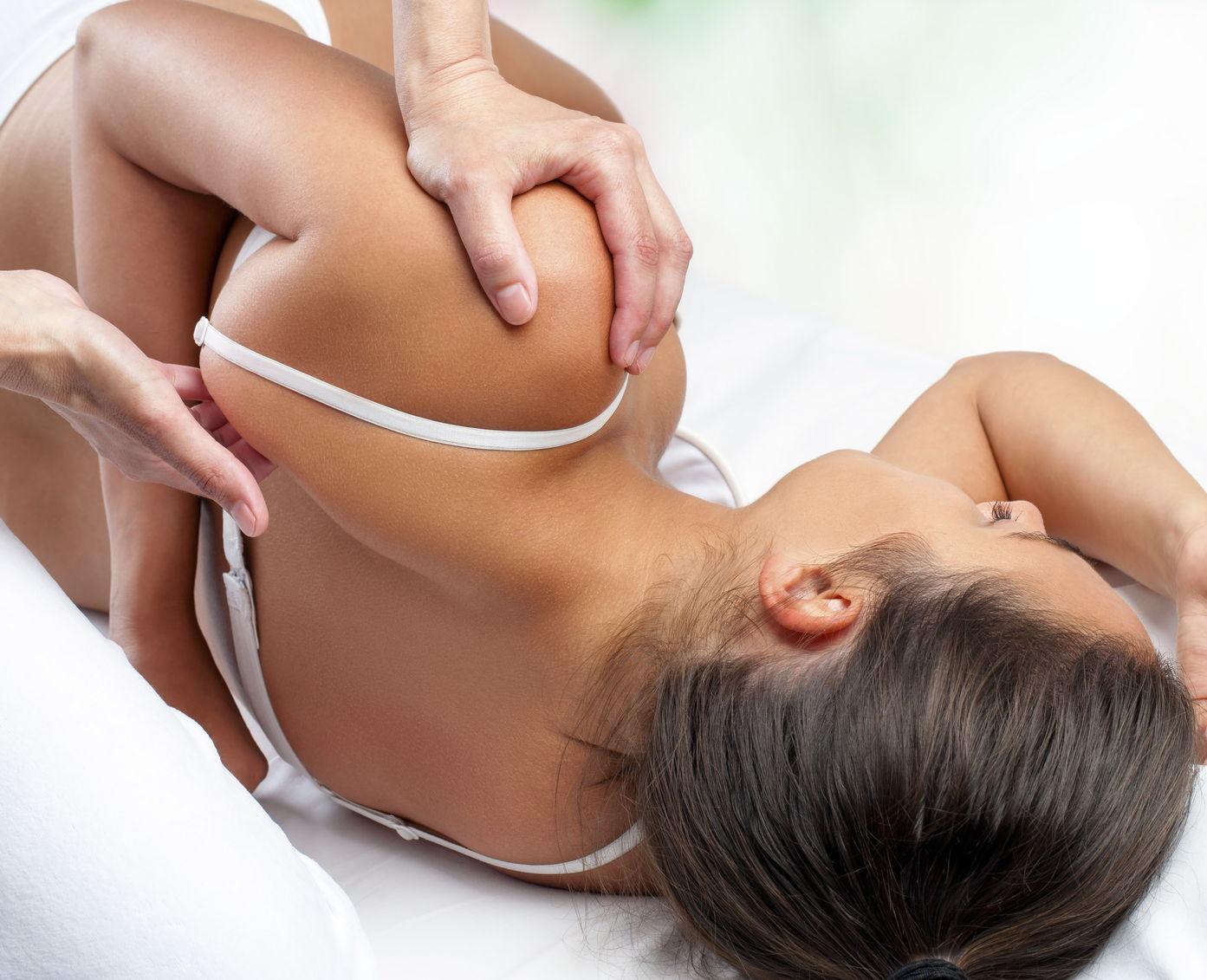 Una paziente durante una manipolazione osteopatica