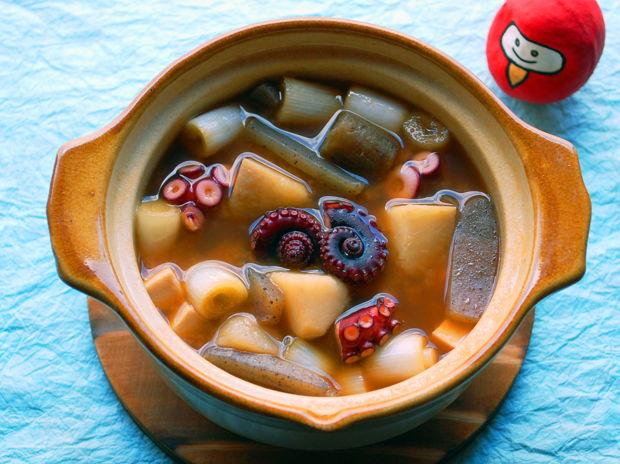 青い空が映っている江戸時代の料理ーいもたこ汁