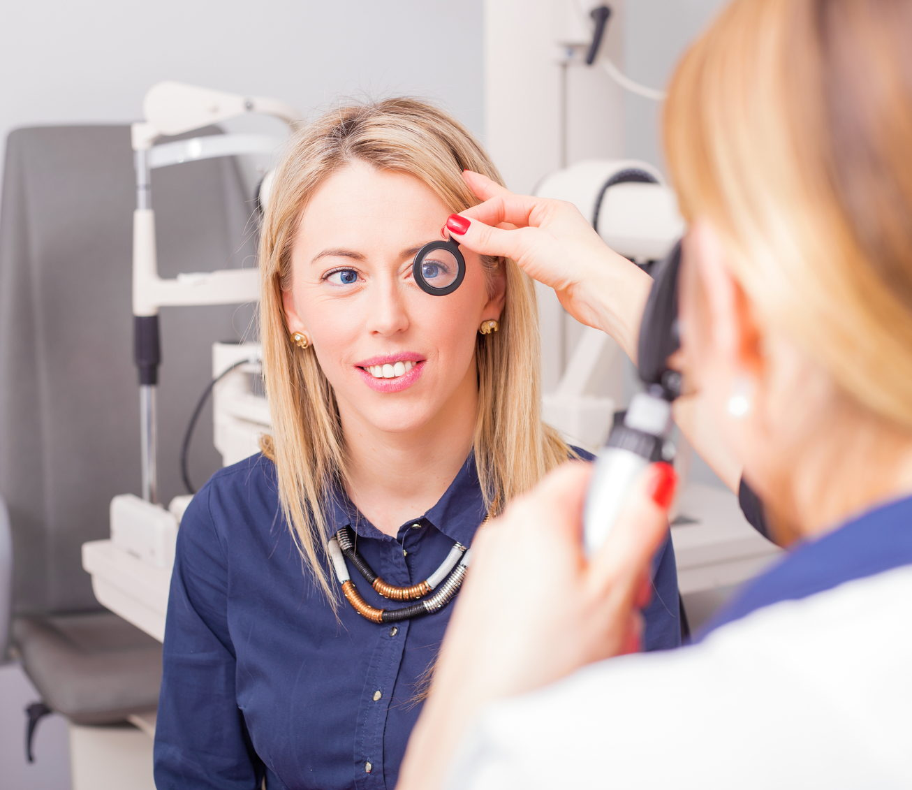 Una paziente e una dottoressa durante una visita oftalmologica