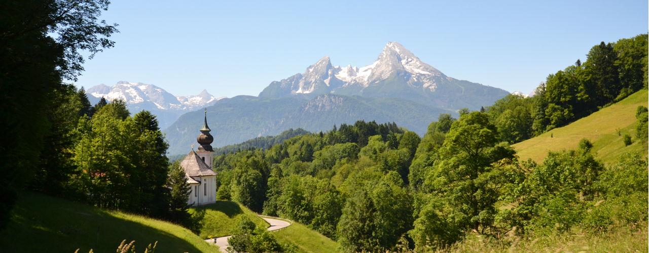 Die Walfahrtskirche Maria Gern im Berchtesgadener Land mit Blick zum Watzmann