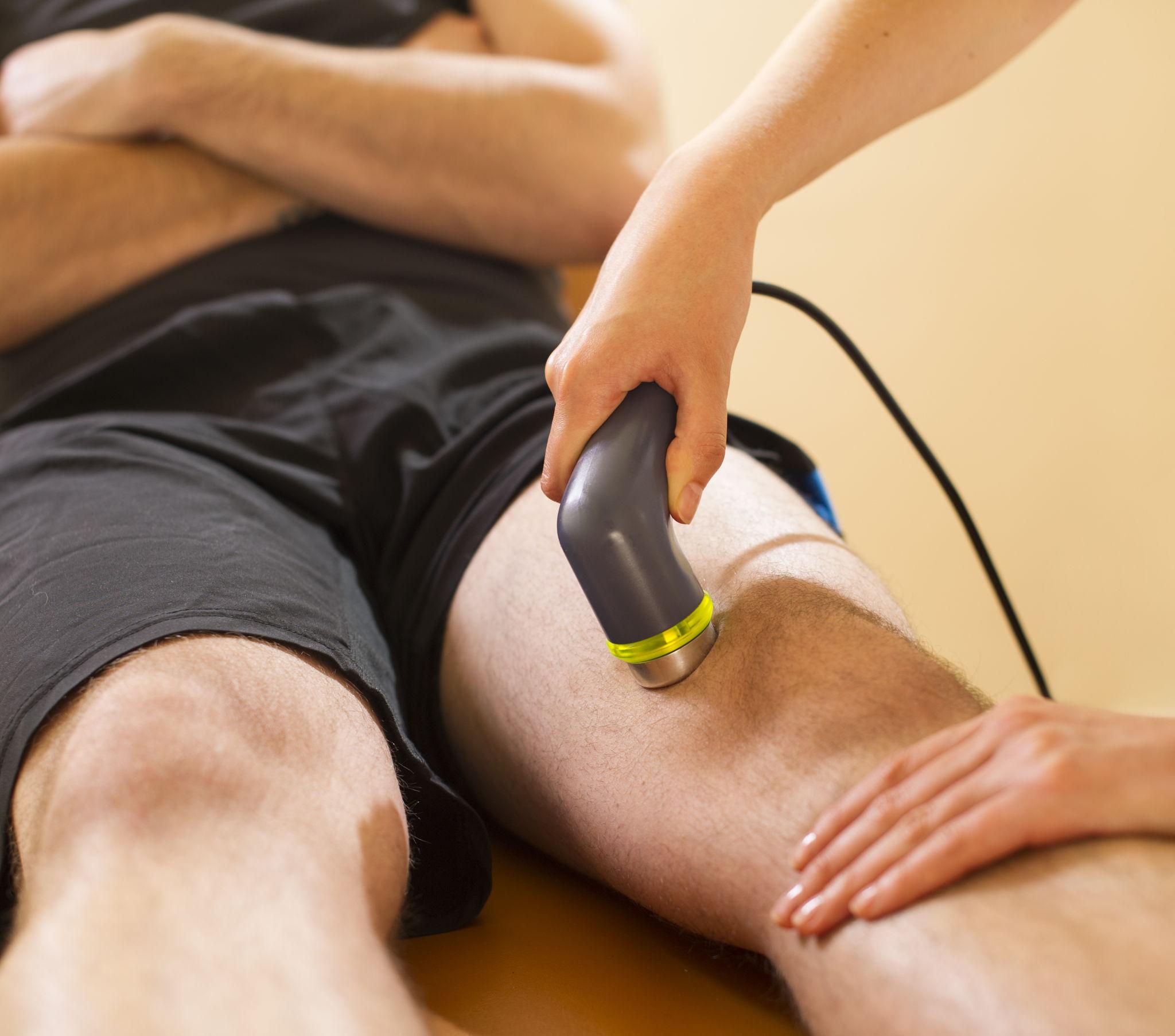 Un paziente durante una terapia a ultrasuoni a contatto diretto al ginocchio