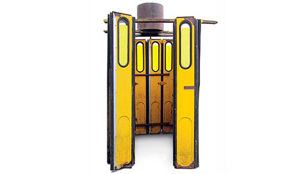 Душевая кабинка из автобусных дверей