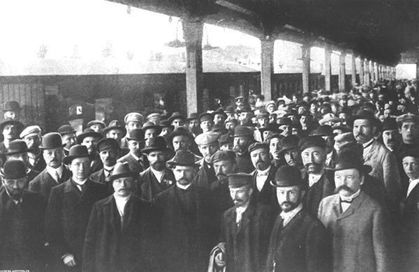 Депутаты распущенной в 1906 году Государственной Думы прибывают в Выборг / Карл Булла, dic.academic.ru