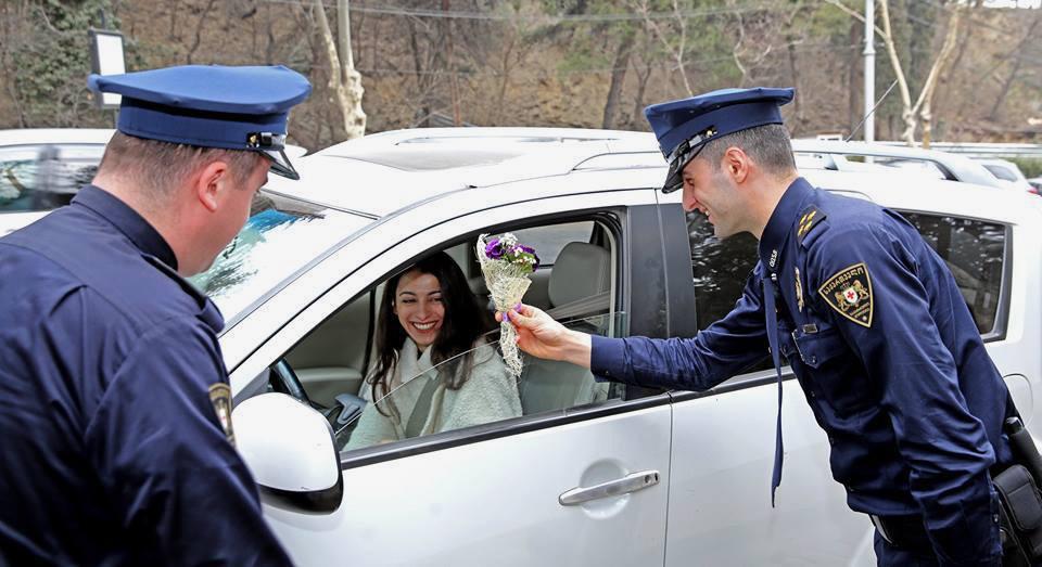 Полицейские поздравляют женщин с 8 марта, 2017 год / Министерство внутренних дел Грузии