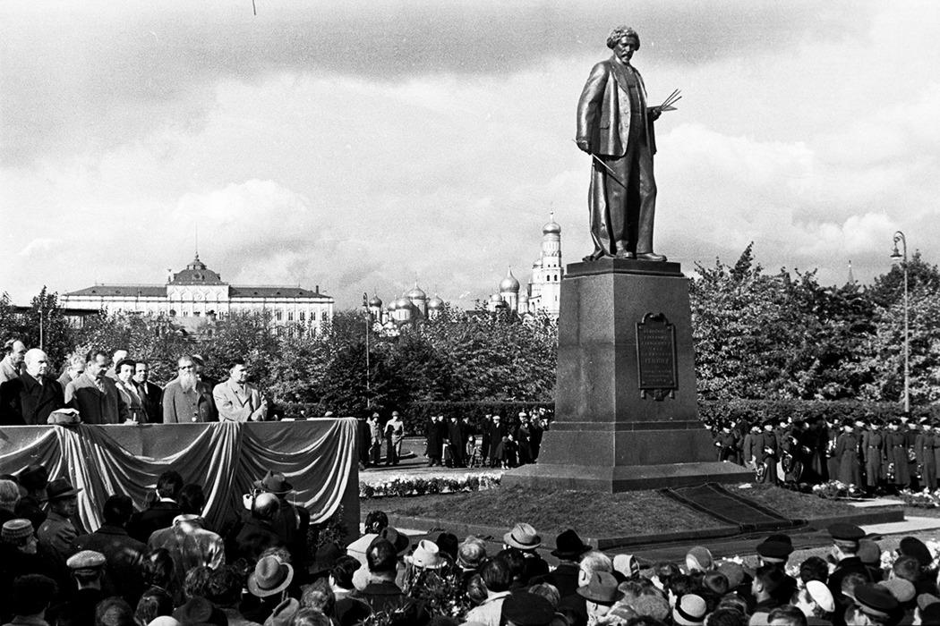 Открытие памятника И.Е. Репину на Болотной площади. 1958 год. Фото: Коммерсантъ