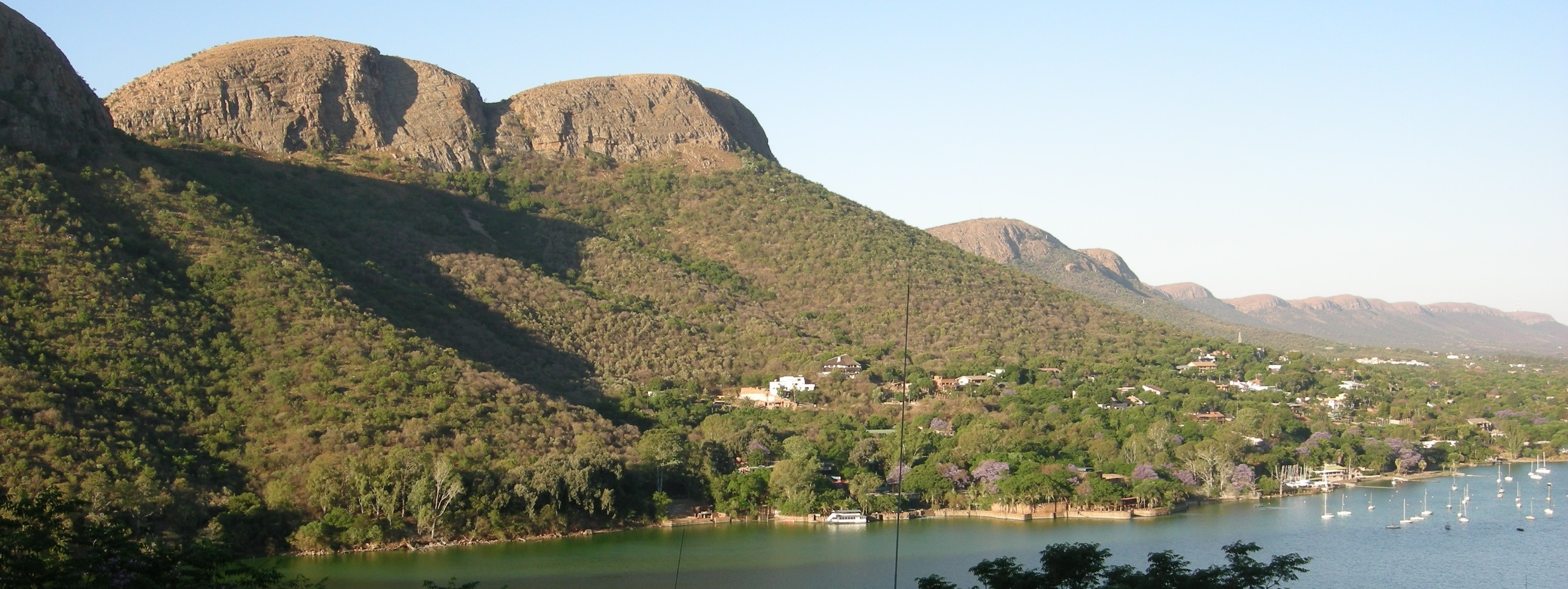 Hartbeespoort Dam - Typical view of the Dam and Magaliesberg from Kosmos Village (1).JPG