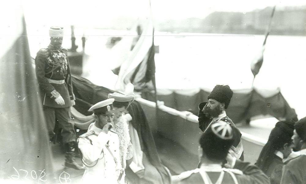 Император Николай II и императрица Александра Федоровна с сопровождающими их лицами проходят по набережной Невы в день открытия Первой Государственной Думы / humus.livejournal.com