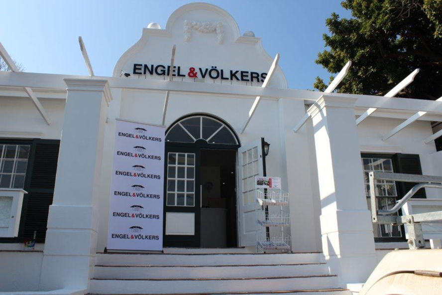 Cape Town - Engel & Völkers The Parks 18, 4th Avenue, Parkhurst, 2193 Tel. +27(0)11 100 7502 TheParks@engelvoelkers.com Suburbs Covered: Forest Town | Greenside Greenside East | Parkhurst Parktown North | Parkview Parkview Golf Course Parkwood | Rosebank Saxonwold | Westcliff