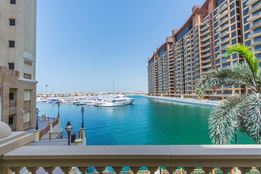 Dubai - W-023EA6 Engel&Voelkers is glad to present this lovely townhouse in the heart of Palm Jumeirah. It has 2 bedrooms, spacious living area, maids room and large terrace overlooking the sea water. It has a payment plan for one more year with Nakheel.